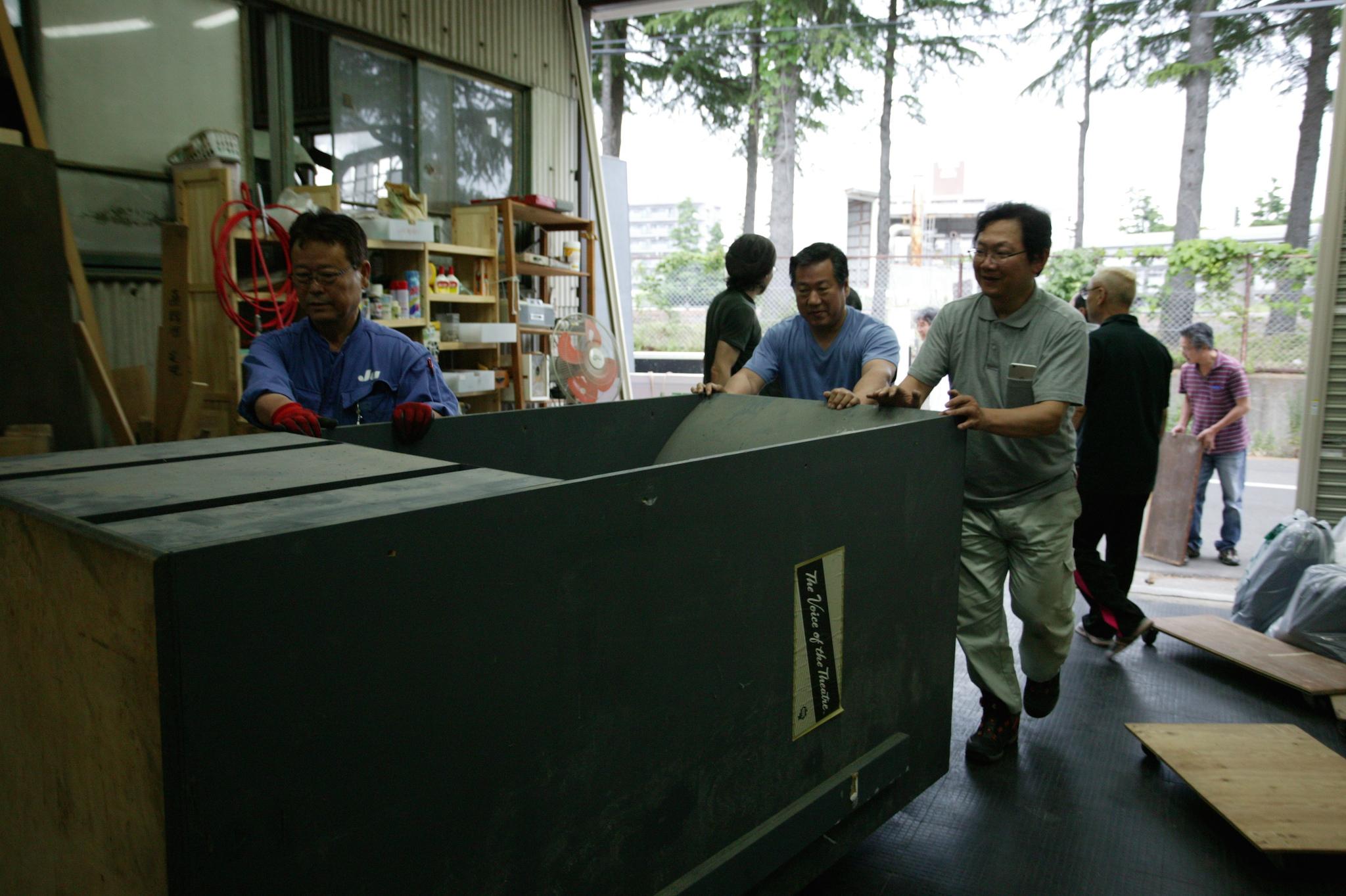 あれほどデカイと思っていた210エンクロージャーでしたが、 Teragishidoの倉庫ではジャストサイズ、ゆうゆうと飲み込まれていきます。